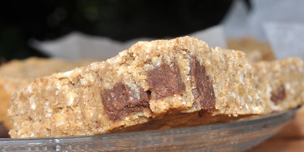 Chocolate-Chunk-Coconut-Cookie-Slice